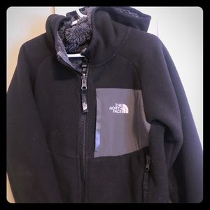 Kids size small (6)black north face fleece jacket